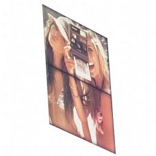 纪念画册两个美女相机拍摄
