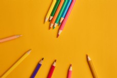黄色背景彩色铅笔