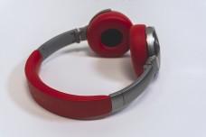 简洁纯白背景红色耳机