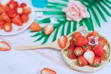 摆盘草莓和勺子中的切开草莓