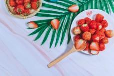 摆盘草莓新鲜切开草莓蓝调小清新