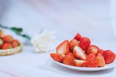 草莓摆盘草莓配玫瑰