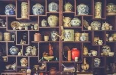 架子上的古董瓷器