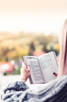 读书的女孩
