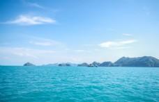 蓝天白云宁静远山大海风光摄影