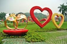 草地上的心形花圈和大戒指