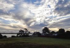 奥克兰海滨小镇的彩云晚霞