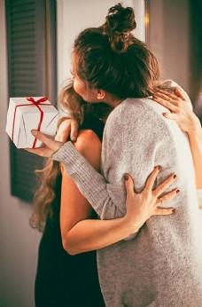 母女 母亲节 送礼物 拥抱