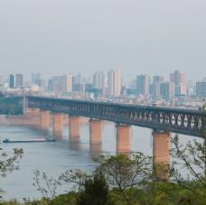 初春的长江大桥