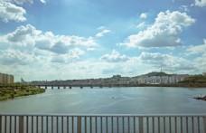 蓝天白云下汉江大桥摄影