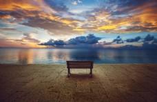 湖边的座椅