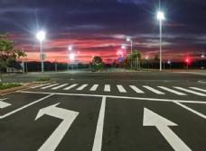 傍晚馬路紅綠燈十字路口