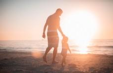 沙滩上的父与子