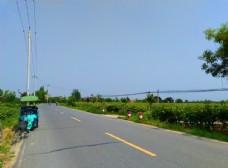 蓝天下的乡村道路风景