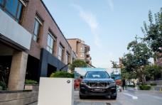广场上的BMW汽车