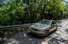 道路上行驶的BMW汽车