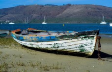 海滩废弃船只