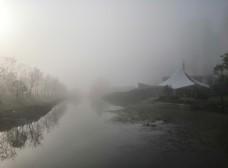 起大雾的公园