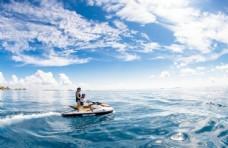 情侣在海上
