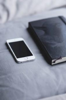 手机 书本 床 休息