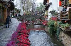 丽江古城景色路边的河流