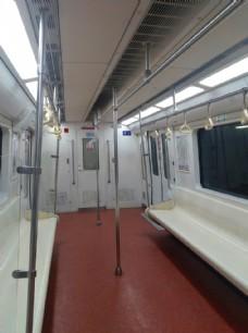 空荡荡的地铁车厢