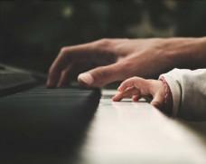 父亲节弹钢琴