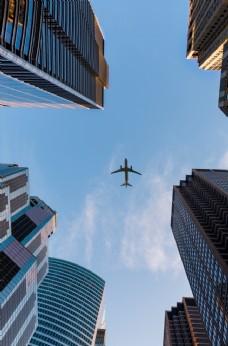 城市上方的飞机