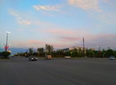 日暮下的城市街道