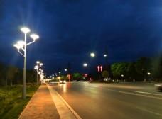 夜色下的城市街道