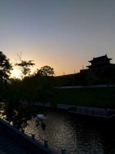 日暮下的护城河美景