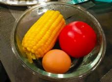 玉米西红柿鸡蛋摄影图