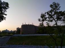 日暮下的护城河风景
